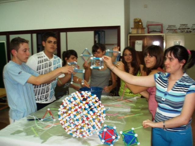 Jugando con pompas de jabón en nudos de alambre y poliedros